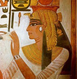 Représentation de profil de la Reine Néfertari dans la Vallée des Reines, portant une coiffe royale