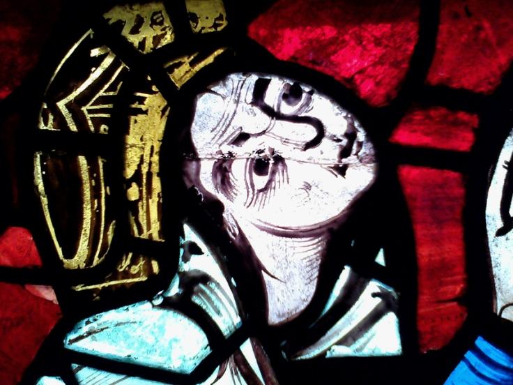 Cette image montre le détail d'un vitrail de la cathédrale de Poitiers, seule représentation d'Aliénor d'Aquitaine exécutée de son vivant. La reine y est représentée en donatrice, couronnée, menton levé vers le haut.