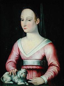 Tableau représentant Agnès Sorel portant une robe rouge décolletée retenue à la taille par une ceinture blanche. Elle a une coiffure simple et caresse un petit chien blanc.