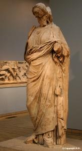 Statue en pied d'Artémise II portant une tunique