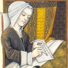 Cette image montre Christine de Pisan vêtue d'une robe brune simple et d'une coiffe blanche. Elle est assise à son bureau et écrit.