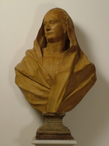 Statue de Dorotea Bocchi portant une tunique simple relevée au-dessus de sa tête
