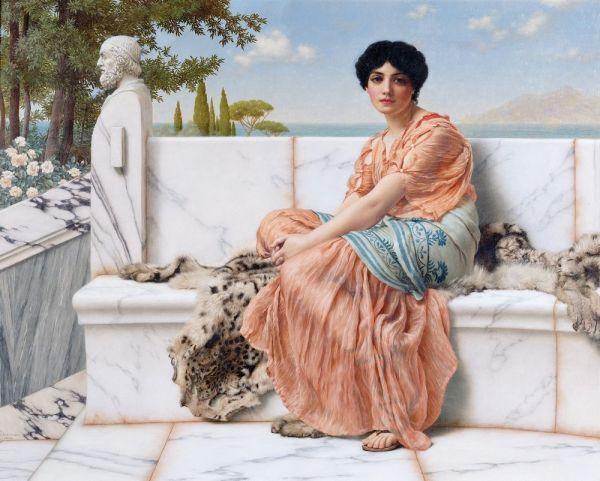 Ce tableau de John William Godward (intitulé Rêverie ou In the Days of Sappho) représente la poétesse Sappho assise sur un banc de marbre devant un paysage de mer et d'île. Elle porte une longue tunique rose saumon et un large tissu bleu en guise de ceinture.
