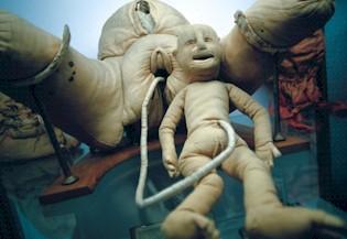 Photographie du mannequin d'Angélique du Coudray, représentant les membres inférieurs féminins et un nouveau né rattaché par un cordon ombilical