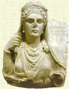 Statue de Zénobie portant des bijoux autour de son cou et dans sa coiffe