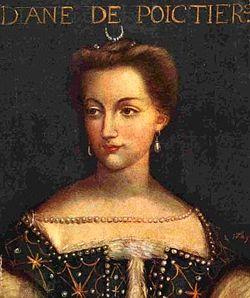 Représentation de Diane de Poitiers en robe d'époque verte décorée de perles et de décorations dorées.