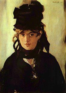 Ce portrait de Berthe Morisot, réalisé par Edouard Manet, la montre entièrement vêtue de noir, avec une robe, un foulard et une coiffe noire dont s'échappent des cheveux clairs. Elle a un demi-sourire.