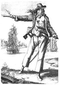Dessin en noir et blanc d'Anne Bonny en pied ; elle porte des vêtements de pirate dévoilant sa poitrine et tire au pistolet. Derrière elle, on distingue deux navires.