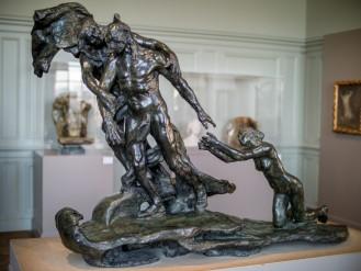 Cette sculpture de Camille Claudel représente un homme d'âge mûr se détournant d'une jeune femme nue, agenouillée, qui essaie de le retenir