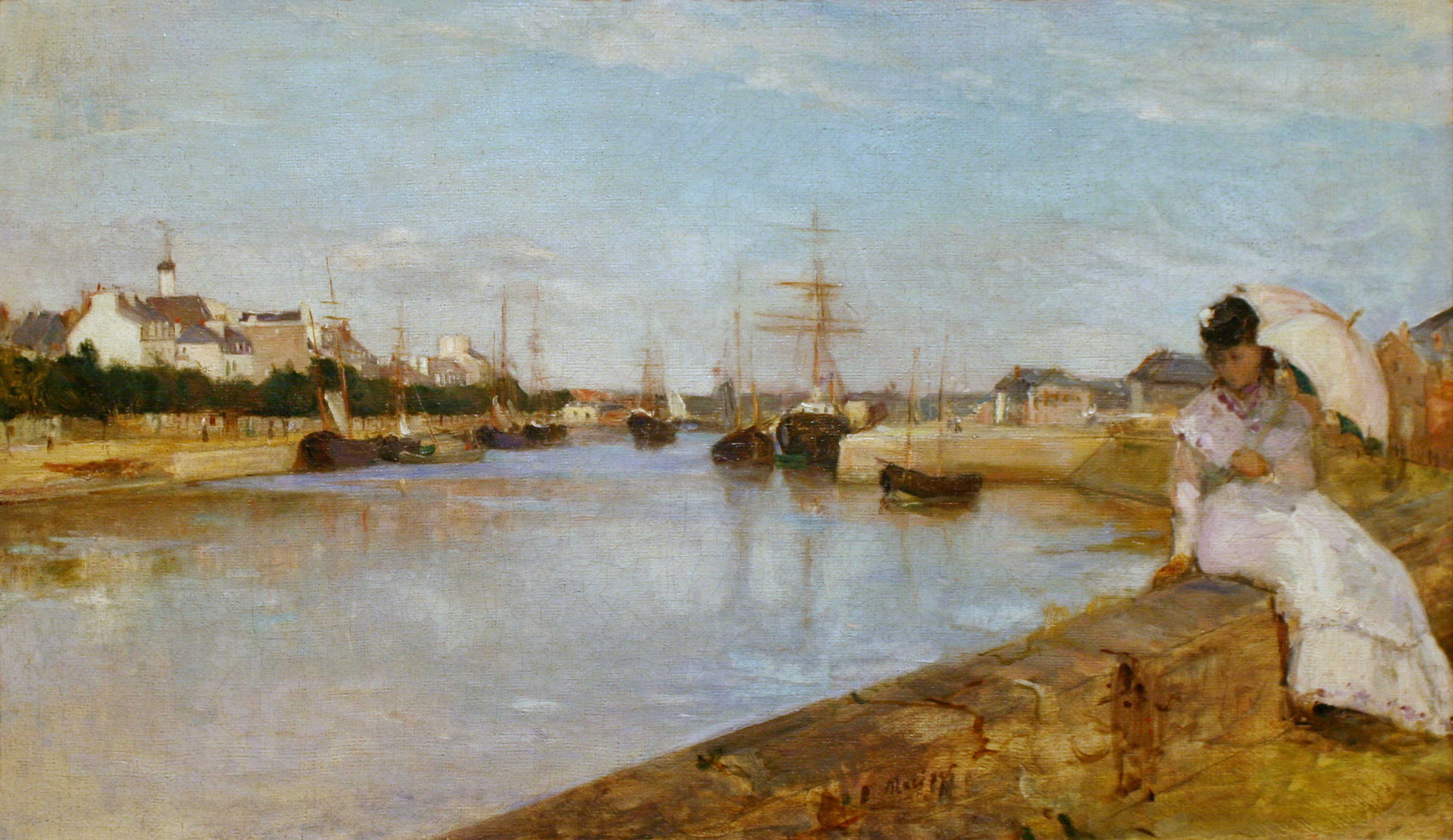 Ce tableau de Berthe Morisot représente an arrière-plan Le Port de Lorient, avec des bâtisses et des navires ; au premier plan, une femme en robe blanche, avec une ombrelle à la main, est assise sur un muret