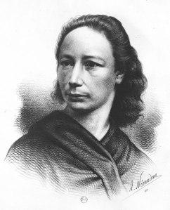 Portrait en noir et blanc de Louise Michel, ses cheveux sombres laissés libres. Elle regarde vers la gauche avec un air grave.