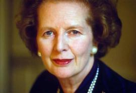 Photographie de Margaret Thatcher, portant les cheveux courts, un collier de perles et boucles d'oreilles