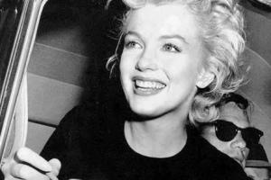 Photographie en noir et blanc de Marilyn Monroe souriante