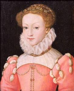 Portrait de Marie Stuart en robe rose, portant une fraise et des perles sur sa robe et dans sa coiffure. Elle a un léger sourire.