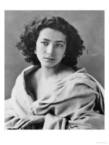 Photographie de Sarah Bernhardt enveloppée dans une étoffe, ses cheveux noirs bouclés laissés libres autour de son visage