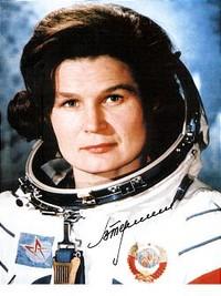 Photographie de Valentina Terechkova en tenue d'astronaute, le casque enlevé.
