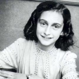 Photographie en noir et blanc montrant la jeune Anne Frank souriante