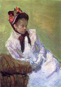Autoportrait en peinture de Mary Cassatt. La peinture la représente en robe blanche avec un chapeau sombre orné de fleurs, apparemment assise sur un canapé