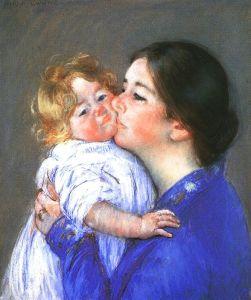 """Le tableau """"A kiss to Baby Anne"""" de Mary Cassatt représente à droite une femme vêtue d'une robe bleue et portant des cheveux sombres en chignon embrassant un bébé qu'elle tient dans son bras. Le bébé porte des habits blancs et a des cheveux bloncs ondulés."""