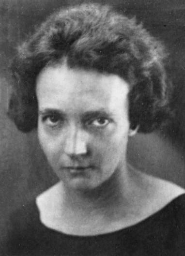 Photographie en noir et blanc d'Irène Joliot-Curie montrant son visage de face. La photo date d'environ 1935, Irène Joliot-Curie est âgée d'environ 38 ans.