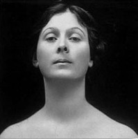 Photographie en noir et blanc d'Isadora Duncan, montrant son visage de face