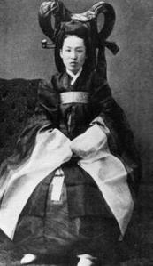 Photographie en noir et blanc d'une noble coréenne qui pourrait être la reine Min