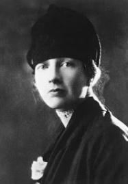Photographie en noir et blanc de Louise Boyd. Elle porte un bonnet noir et regarde vers la caméra