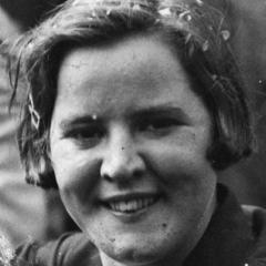 Portrait de Gertrude Ederle souriante dans sa jeunesse