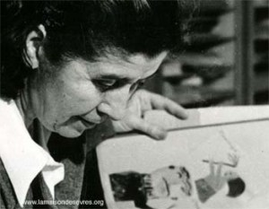Photographie en noir et blanc d'Yvonne Hagnauer penchée sur un dessin d'enfant