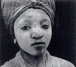 Portrait en noir et blanc de Madam Yoko, cheffe du peuple des mendés (Sierra Leone)