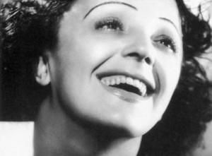 Photographie en noir et blanc d'Edith Piaf souriante