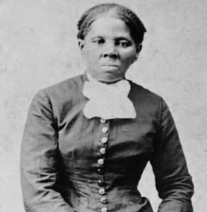 Photographie en noir et blanc d'Harriet Tubman, vêtue d'une robe longue