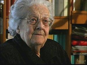 Photographie de Germaine Tillion âgée. Elle a des cheveux gris courts et porte des lunettes.