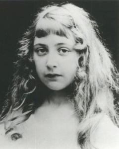 Photographie en noir et blanc d'Agatha Christie enfant