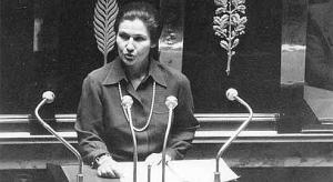 Photographie en noir et blanc de Simone Veil s'exprimant à l'Assemblée nationale