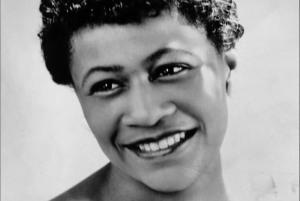 Photographie en noir et blanc d'Ella Fitzgerald souriante