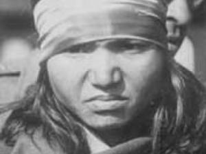 Photographie en noir et blanc de Phoolan Devi (ou Phulan Devi)