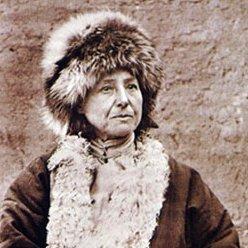Portrait d'Alexandra David-Néel en habits contre le froid