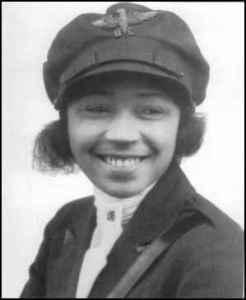 Photographie en noir et blanc de Bessie Coleman souriante