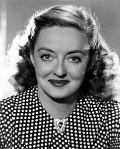 Photographie en noir et blanc de Bette Davis souriante
