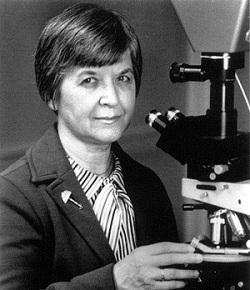 Photographie en noir et blanc de Stephanie Kwolek devant un microscope