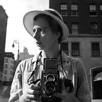 Photographie en noir et blanc de Vivian Maier avec son appareil photo