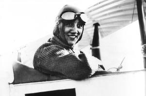 Adrienne Bolland souriante au volant de son avion