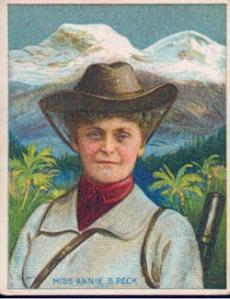 Portrait d'Annie Smith Peck devant des montagnes enneigées