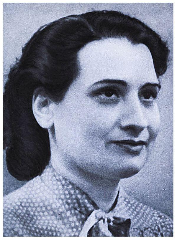 Photographie en noir et blanc de Danielle Casanova, par un photographe inconnu. Elle a des cheveux sombres et porte une chemise à pois. Souriante, elle regarde vers la droite.