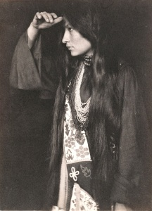 "Photo de Zitkala-Sa ""Oiseau rouge"" de profil"