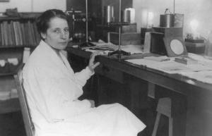 Photographie de Lise Meitner à son bureau