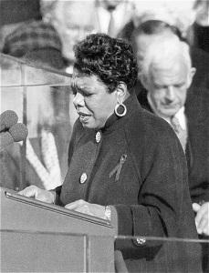 Maya Angelou donnant un discours