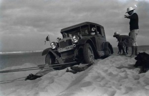 Clarenore Stinnes et Carl-Axel Söderström - voiture dans le désert
