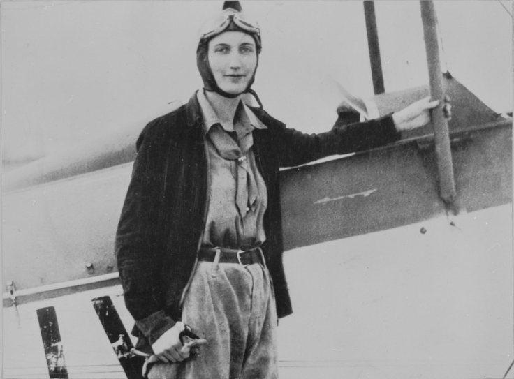 Beryl Markham devant son avion